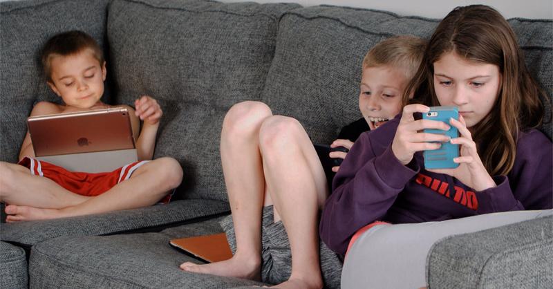 Niños utilizando sus smartphones
