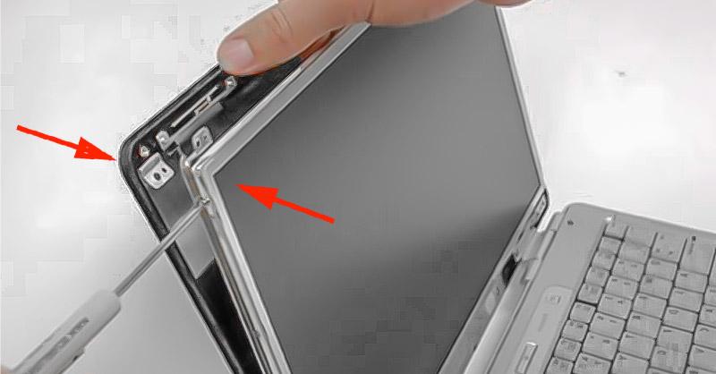 Desstornilla el marco de metal de la tapa posterior