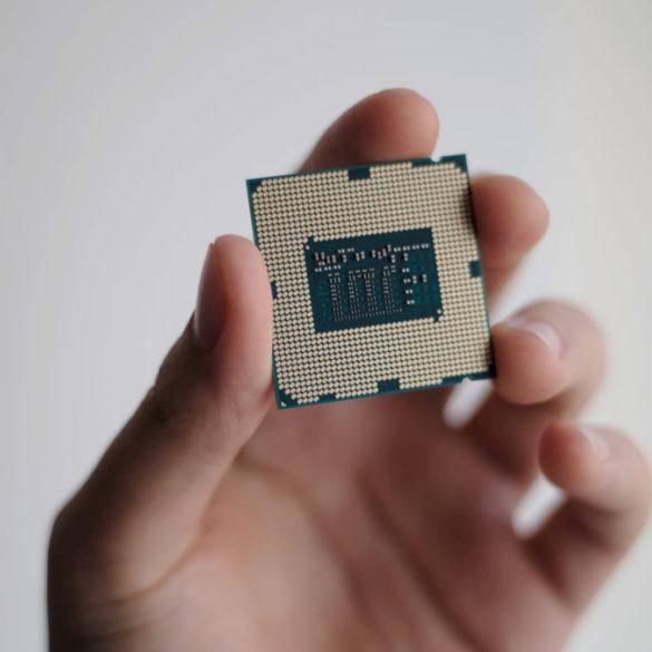 Escasez mundial de chips amenaza a los smartphones después de haber ocasionado estragos en otras industrias, como la automotriz. Así lo sugiere, un nuevo reporte de Reuters en el que se comenta